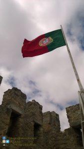 Lisbona - Vista dal Castello di São Jorge, R. de Santa Cruz do Castelo - dettaglio bandiera portoghese