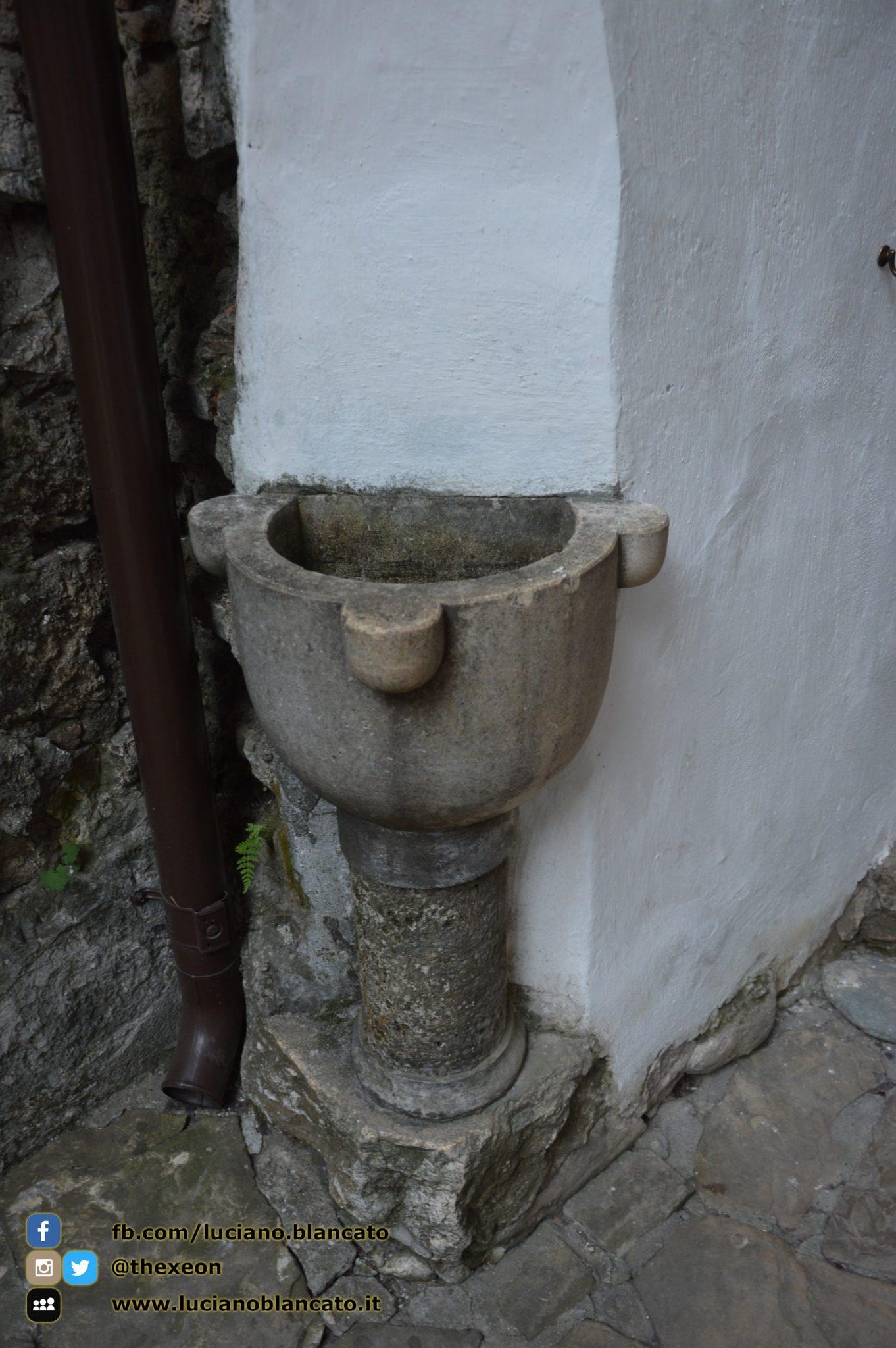 Bucarest - Castello di Dracula (Castello Bran) - fonte acqua santa