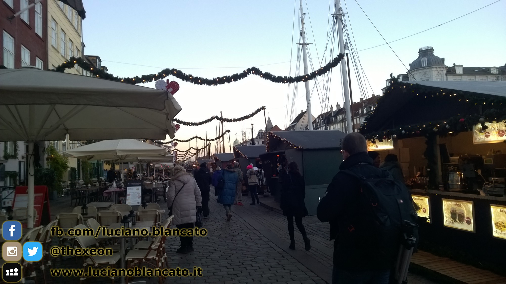 Mercatino di Natale lungo i canali a Copenaghen - Danimarca