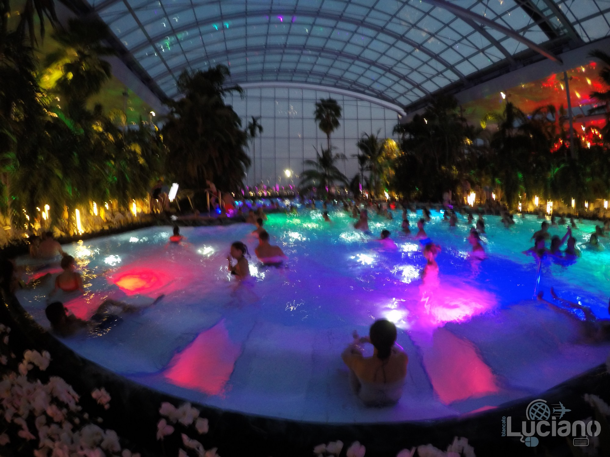 Terme di Bucarest, piscina interna illuminata - Therme Bucuresti