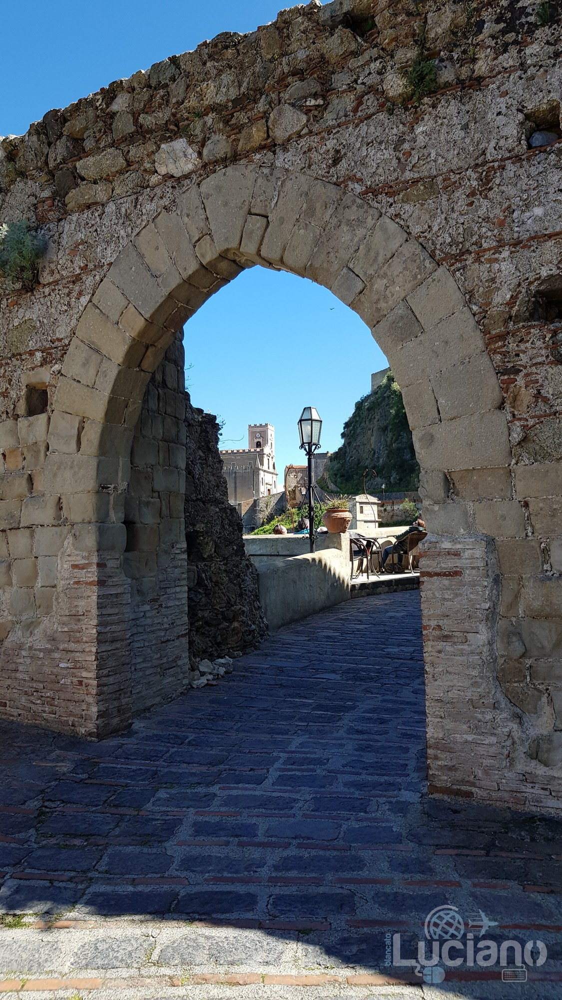 Porta medievale a Savoca (ME)