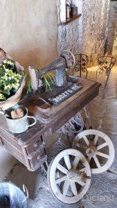 macchina da cucire, ruote di carretto e panaro