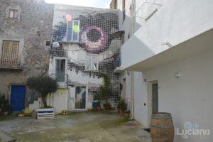 pixel view in un cortile per le vie del per le vie del Farm Cultural Park a Favara (AG)