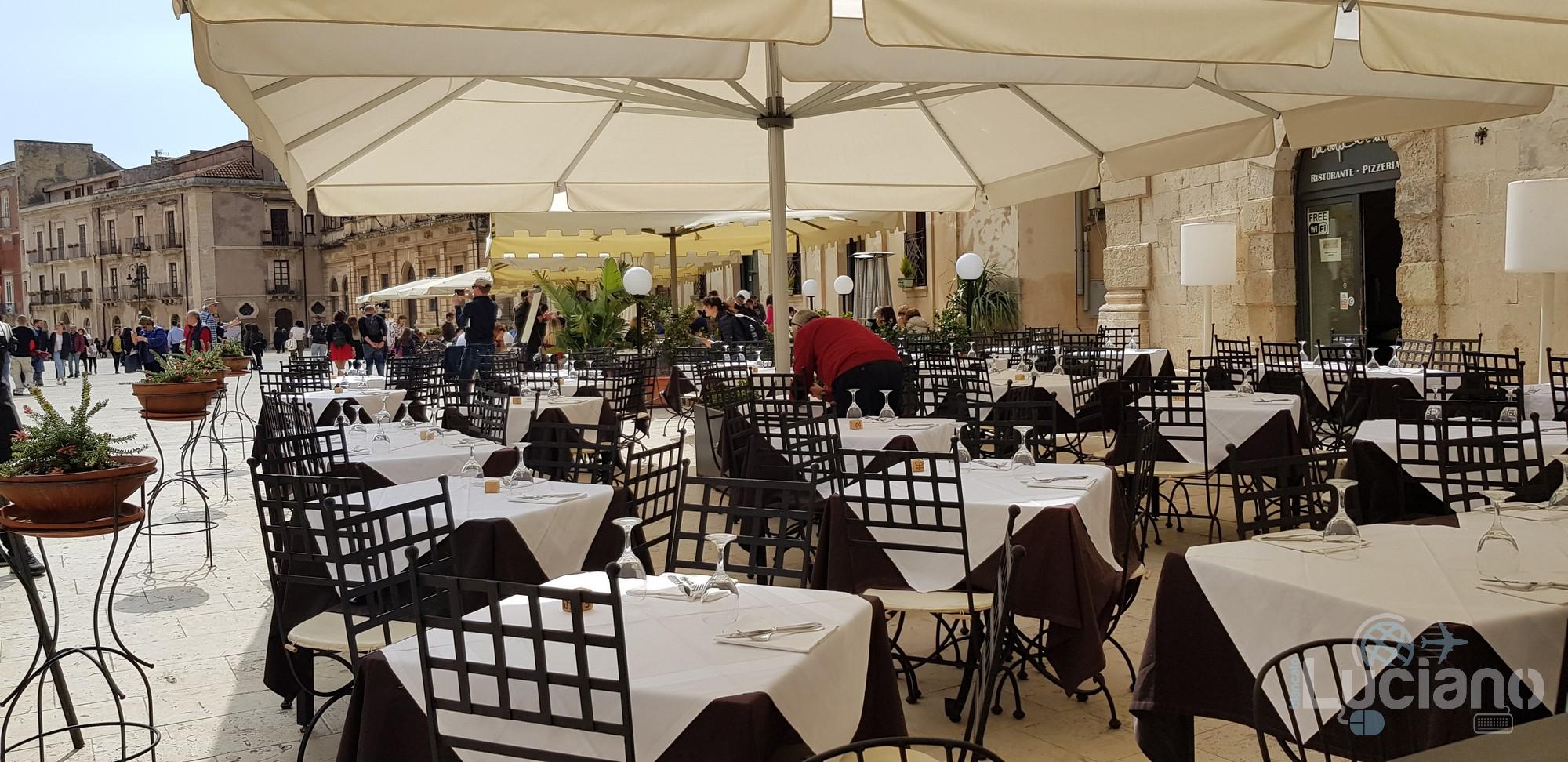 Siracusa - Bar in piazza del Duomo Ortigia
