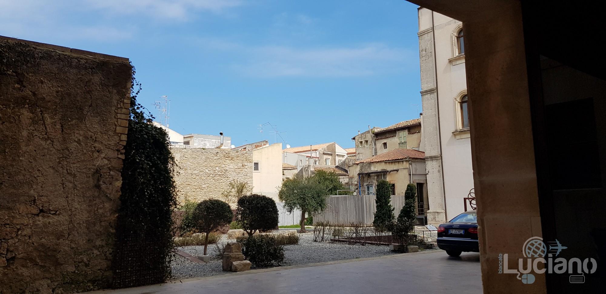 Siracusa - Palazzo Vermexio - Comune di Siracusa - Dettaglio  Giardino Greco dell'Artemision