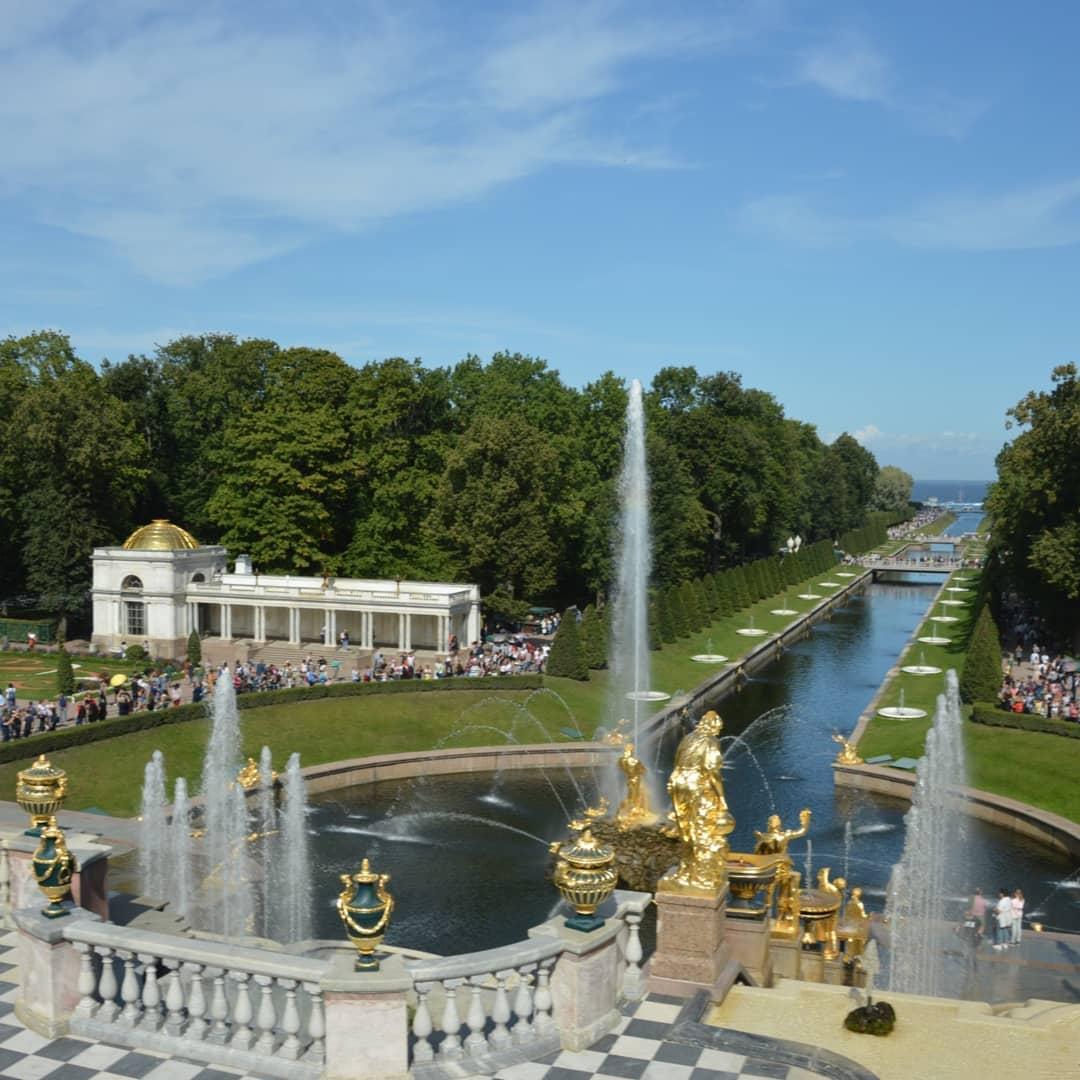 Perché la bellezza ci circonda Cartolina da Peterhof - Saint Petersburg.- Russia#saintpetersburg #spb #russia #piter #moscow #petersburg #spbgram #travel #like #saintp #art #photo #love #stpetersburg #architecture #follow #photography #beautiful #live #vscospb #i #europe #ig #city #vscocam #style #fashion #streetphotography #piteronline #bhfyp - from Instagram